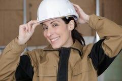 Smily vrouwelijke bouwer in vest royalty-vrije stock afbeelding