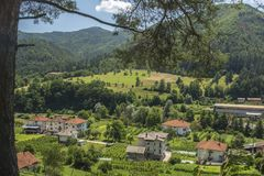 Smilyan村庄是其中一中间Rhodopes的最旧的解决 位于它在地方分东南部的15 km 库存图片