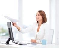 Sming bizneswoman daje papierom w biurze Zdjęcia Stock