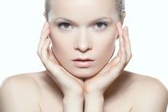 Smink, brunnsort & skönhetsmedel Härlig kvinnamodellframsida med ren hud royaltyfria foton