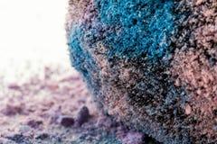 Sminkborste med icecreamfärgskuggor Arkivfoton