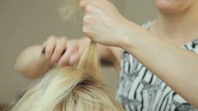Sminkkonstnär som borstar och besprutar hår lager videofilmer