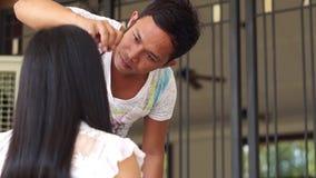 Sminkkonstnär som gör ögat som fodrar till en ung kvinna lager videofilmer