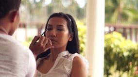 Sminkkonstnär som gör ögat - krön till en ung kvinna lager videofilmer
