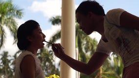 Sminkkonstnär som gör läppstift till en ung kvinna lager videofilmer