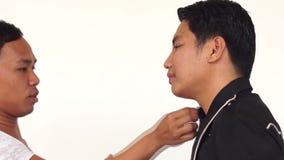 Sminkkonstnär som gör på rodnad till en ung man stock video