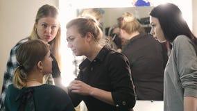 Sminkkonstnär, student och modell Lärande processen Ung blondin Ögonbrynen för teckning för sminkkonstnär till ett nätt arkivfilmer