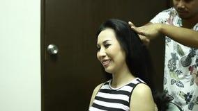 Sminkkonstnären applicerar hår och smink till bruden för att vara arkivfilmer