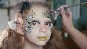 Sminkkonstnären gör flickan att vända mot konst arkivfilmer