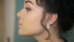 Sminkkonstnären som sätter på makeup på modell` s, synar lager videofilmer
