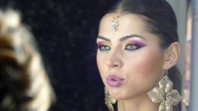 Sminkkonstnärer som gör indiskt stilsmink lager videofilmer