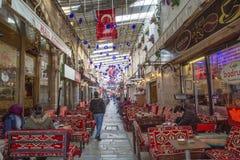 SMIRNE, TURCHIA - 20 dicembre 2018: La via delle caffetterie, Kizlaragasi Han Bazaar è vecchio centro commerciale storico a Smirn fotografie stock