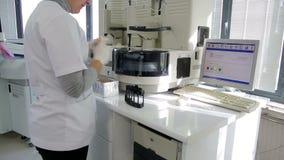 SMIRNE, TURCHIA - GENNAIO 2013: Campioni di sangue di prova video d archivio
