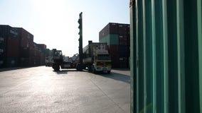 SMIRNE, TURCHIA - GENNAIO 2013: Container commoventi in porto archivi video