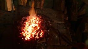 Smith ανακατώνει τους άνθρακες στην πυρκαγιά φιλμ μικρού μήκους