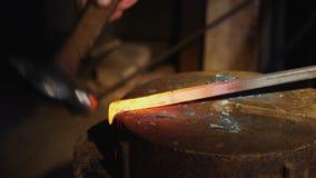 Smith που διαμορφώνει το κόκκινο - καυτός σίδηρος στο γάντζο στο αμόνι απόθεμα βίντεο