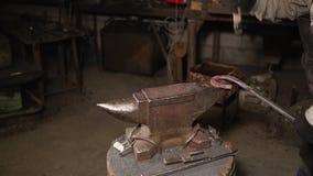 Smith colpisce il ferro caldo con un martello archivi video
