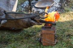 Smith giet brons in de vormzandbak royalty-vrije stock afbeelding