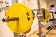 Smith lavora il bilanciere a macchina nella stanza di forma fisica per addestramento del peso e la costruzione del muscolo Fotografia Stock Libera da Diritti