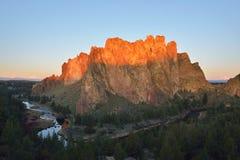 Smith Rock e fiume curvato ad alba Immagini Stock Libere da Diritti