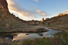 Smith Rock e fiume curvato al tramonto Fotografia Stock Libera da Diritti