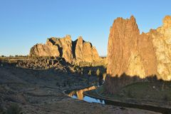 Smith Rock en Bochtige Rivier bij zonsopgang Royalty-vrije Stock Fotografie