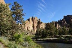 Smith Rock och krokig flod Fotografering för Bildbyråer