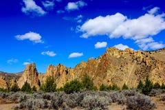 Smith Rock Oregon State Park avec le ciel bleu Image libre de droits