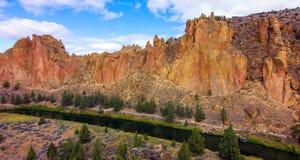 Smith Rocks State Park ett populärt vaggar klättra område i centrala Oregon nära Terrebonne arkivbilder