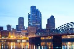 Smithfield gatabro över den Monongahela floden och i stadens centrum horisont av Pittsburgh Arkivbilder