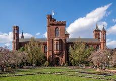 Smithsonian Institution byggnad med dess trädgård royaltyfria bilder