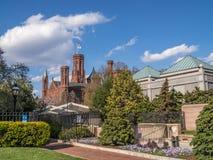 Smithsonian Institution byggnad med dess trädgård royaltyfri bild
