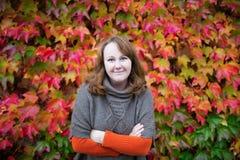Smling kvinna på en nedgångdag Fotografering för Bildbyråer