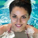 smling kvinnasimning i simbassängen på hotellbrunnsorten Royaltyfri Foto