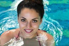 smling kvinnasimning i simbassängen på hotellbrunnsorten Fotografering för Bildbyråer
