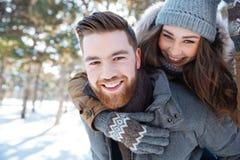 Smling par som går i vinter, parkerar Royaltyfri Fotografi