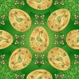 Sömlös grön modell för påsk med guld- ägg Arkivfoto