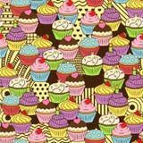 Sömlös gullig läcker muffinklottermodell Det inkluderar smaskiga öknar med isläggning, körsbäret, jordgubben, kräm Royaltyfri Bild