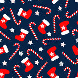 Sömlös julmodell med xmas-sockor, stjärnor och godisrottingar Royaltyfri Bild