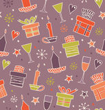 Sömlös modell för jul med gåvor, stearinljus, bägare Ändlös dekorativ romantisk bakgrund med askar av gåvor tecknad hand Royaltyfria Bilder