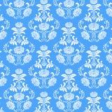 Sömlös modell för vit blomma på blå bakgrund Royaltyfri Foto