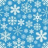 Sömlös modell för vita snöflingor på blått Arkivbilder
