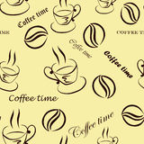 """Sömlös modell med bilder av en kopp kaffe, kaffebönor och inskrifter """"kaffetid"""" i brunt Fotografering för Bildbyråer"""