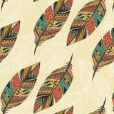 Sömlös modell med drog färgrika fjädrar för tappning stam- etnisk hand Royaltyfria Bilder