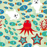 Sömlös modell med fisken, sjölejon, bläckfisk, sjöstjärna, koraller i bakgrundsvattnet Royaltyfri Bild