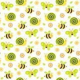 Sömlöst behandla som ett barn bakgrund med med bin, fjärilar, sniglar och blommor Royaltyfri Bild