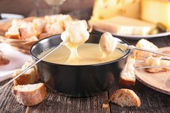 smältt stycke för brödost fondue Fotografering för Bildbyråer