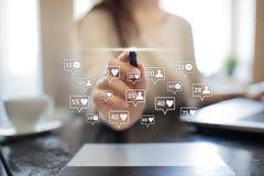 SMM, gostos, seguidores e ícones da mensagem na tela virtual Mercado social dos media Negócio e conceito do Internet foto de stock royalty free