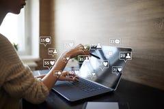 SMM, gostos, seguidores e ícones da mensagem na tela virtual Mercado social dos media Negócio e conceito do Internet fotografia de stock royalty free