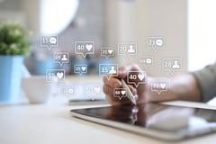 SMM, gostos, seguidores e ícones da mensagem na tela virtual Mercado social dos media Negócio e conceito do Internet foto de stock
